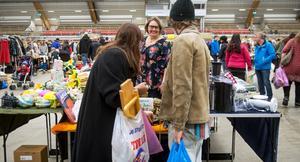 Karin Fossberg hade tre bord och flera klädställningar fyllda med grejer som hon ville bli av med under förra årets loppis.
