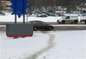 En genväg för gående till och från parkeringen vid Vallby friluftsmuseum – men också farlig då de måste korsa fem filer med bilar som kommer i hög fart.