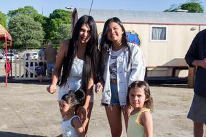 Wani Braser och Gita Kaeongam kom med Vera och Pia som var spända på cirkusen.