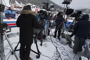 Det är trångt på pressläktaren. Ett tv-bolag från Österrike håller till bredvid SVT. I bakgrunden syns Vinterstudions personal.