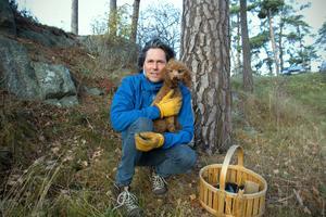 Niclas Sjögren och pudeln Asta hittade jättesvampen när de promenerade på Trehörningen.