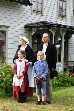 Det är dags för husförhör och besök av prosten hemma hos familjen Svensson hemma i Katthult. Ett besök som inte blir som det är tänkt när pappa Anton blir inlåst på utedasset.