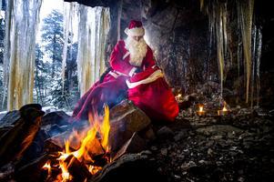 Jultomten i en grotta i närheten av hans hem. Fotografen tillät han komma dit, men Mittmedias reporter anser han vara för opålitlig. Foto: Leif Wikberg.