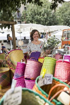 Söndagsmarknaden i Pezénas erbjuder färgexplosioner i form av  frukter, grönsaker, korgar, textilier, fisk, charkuterier, ostar, honung och blommor som samsas bland stånden.