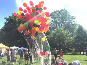 Här släpps 200 ballonger vid invigningen av barnfestivalen ...