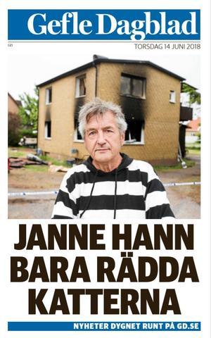Dagen efter branden ställde Janne Andersson upp på bild utanför sitt utbrända hus. Kläderna han hade på sig var allt han hade kvar.