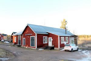 Hit kom Oves farfar från Alfta 1948. När Fredrik tar över blir han fjärde generationen på Dalfors snickeri.