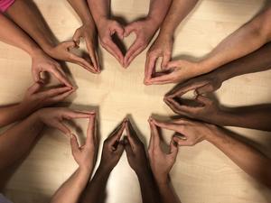 Jag håller på och lyfter undersköterskor som jobbar inom vård och omsorg. Denna bild representerar alla varma händer som tar hand om alla personer som är i behov av vård och omsorg. Händerna står för att oavsett vem du är och vilken bakgrund du har så gör vi skillnad för andra personer. Bilden är tagen av Helene Norgren.