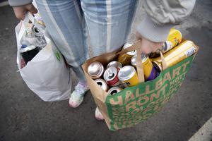 Fler av de förpackningar vii bär hem från affärerna borde vara belagda med pant. Foto: Jessica Gow/TT