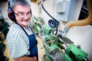 Tomas Andersson står vid flöjtsvarven. Telleby verkstäder producerar upp mot 20000 flöjter varje år.