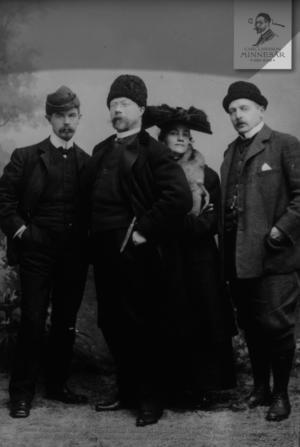 Paret Carl och Karin Larsson flankeras av vännerna till vänster Albert  Engström och till höger Anders Zorn.    Foto: Carl Larsson-gården