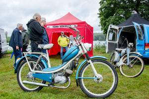 Nora moppers finns på plats och lottar ut en moped, MCB 1279. Vinnaren blev den med lott 186, Stefan Persson.