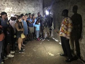 I den här slavkammaren går att se en bit av golvet, till höger om guiden, som är rester från de hundratusentals slavar som genom åren trängts ihop under omänskliga förhållanden. Foto: Anders Nilsson