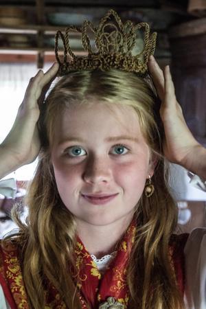 I håret – Alicia Borbos Rindevall visar upp mammas brudkrona, tillverkad av hår, förstås.