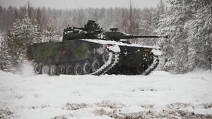 En kvinna dog efter att hon blivit påkörd av stridsvagn 90.