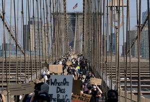 I New York har Floydprotesterna orsakat upplopp och plundring men ändå ska polisen bantas. Foto: Craig Ruttle/AP