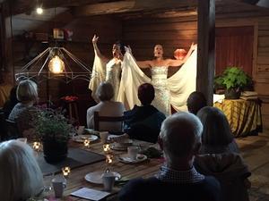 Operaduon Divine med Caroline Gentele och Gabriella Lambert-Olsson tog publiken med storm i den fullbokade Logen i Berga Brystuga.