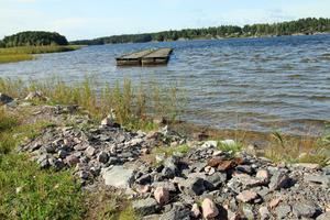 Två bryggsektioner har lämnats vid badplatsen i Åmmeberg. Nu börjar bryggorna vittra sönder och Kärrabergets samfällighetsförening undrar nu när de ska tas bort.