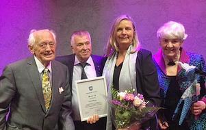 Hedersledamot Carl-Erik Asplund, ordförande Sven Boman, kulturstipendiaten Fia Gulliksson och gillesvärdinnan Gunnel Boman. Foto: Magnus Boman