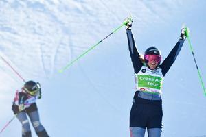 Anna Holmlund jublar efter segern i Val Thorens precis före Sandra Näslund, den tionde december förra året.