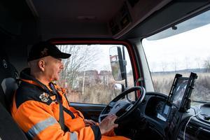 Till skillnad från en lastbilschaufför sitter inte Magnus bakom ratten i timmar i sträck. Han uppskattar att han får hoppa ut på jobben.