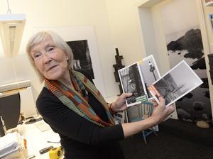 Elisabeth Grate med några av hennes förlags böcker av Nobelpristagaren Jean-Marie Gustave Le Clézio. Bild: Jonas Ekströmer/TT