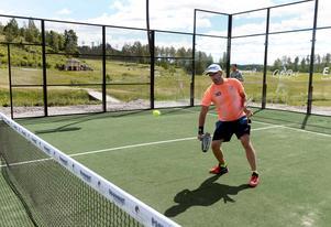 Fredrik Nordin slår första slagen på den nya padelbanan.