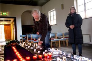 Olof och Anki Lindberg har sina anhöriga på andra håll i landet och tände ljus inne i gravkapellet i Kungsör. På ett lågt bord har röda värmeljushållare placerats ut som ett stort kors, sedan fylls bordet på mer fler värmeljus från besökarna.