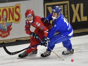 Nikita Ivanov i kamp med Finlands Mikko Rytkönen under VM i Sandviken 2017. Foto Jonas Ekströmer / TT