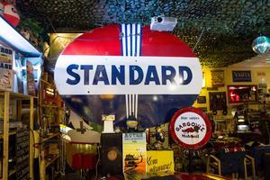 Favoriten i garaget är Standrad-skylten från route 66 i USA.