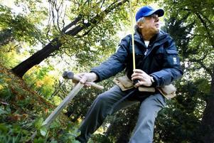 Planterar. Här förbereder Ricky Morelli för att plantera träd i Boulognerskogen i dag.