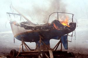 Den friska vinden spred elden över ett stort område, och antände bland annat båten som stod ute.