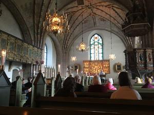 Nenne Panrike och Magnus Luthman sjöng och spelade inne i kyrkan.