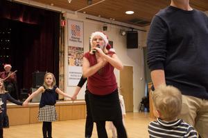 Lekledaren Lena Mellberg höll ordning på juldansen i Folkets hus.