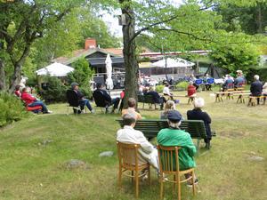 Åhörarna spred ut sig i parken. Foto: Lena Håkansson