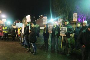 Sida vid sida demonstrerade Röforsbor och undersköterskor mot kommunledningen.  Ett av Röforsbornas budskap är att stötta Richard Reinholdsson, vars bostad ligger mitt i området där företaget etablerat sig.