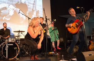 Micke Olsson, till höger,  spelar gitarr och skriver låtarna, Stina Wollter gör texterna.