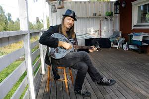 Örjan Mäki är musiker. Be om lov innan du kramar honom eller någon annan musiker.