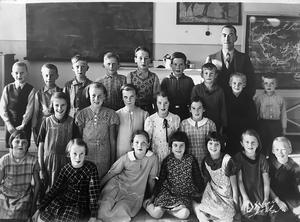 Norra Brunns skola 1937. Storskolan med klasserna 3-6. Lärare är Erik Hallinger.