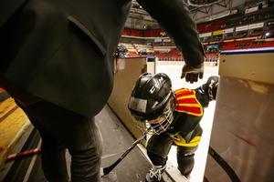 Palle hjälper Lucas Nyberg in i båset, efter en tur på isen.