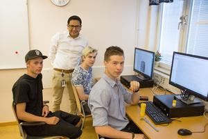 Bara tre elever går  just nu på den avancerade CAD 3-kursen. Hampus Björklin, Adam Hjertton och Robert Westerlund. Ledare för kursen är Ian Grenbjörk som står i bakgrunden.