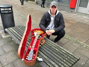 """Han hade sett gitarren i butiken i flera år. Nu slog Oskar Kjersel från Avesta till. """"Den här gitarren har varit en dröm."""""""