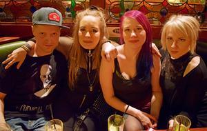 Stefan Haqwinzon, Astrid Svensson, Emelie Brådner och Alice Morell hade tagit sig till Mimikrys releasefest på lördagen.
