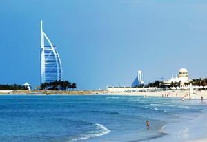 Vackra stränder, värme året runt och spektakulära byggnader. Dubai lockar fler och fler turister. Foto: Erik Johansen / SCANPIX