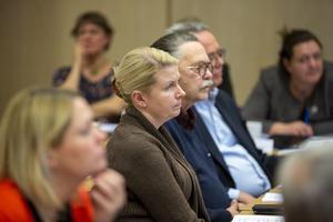 Emma Lokander (M) i mitten av bilden ville inte besvara frågor från journalisterna från TV100.