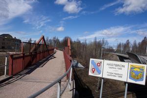 Gångbroarna vid Hästbron behöver repareras och kommer att lyftas ner. Det drabbar även fordonstrafiken som kommer att regleras med trafiksignaler under reparationstiden.