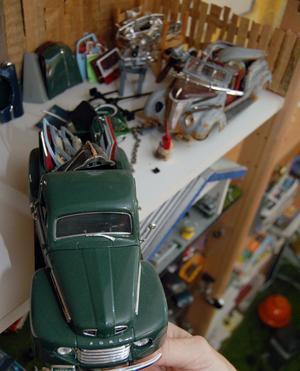 En bil med flak som Ove Anderssons själv byggt upp passar in i en skrotverkstad.