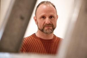 – Länets konst har blivit en etablerad tradition på Örebro läns museum, lite som ett minililjevalchs, säger Michael Andersson, utställningsproducent.