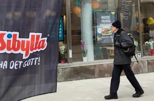 Många tittade nyfiket in på den nya stora Sibylla restaurangen som öppnade idag torsdag.