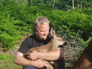 Tommy Karlsson med ett av djuren på gården. Foto: Samstorps Gård